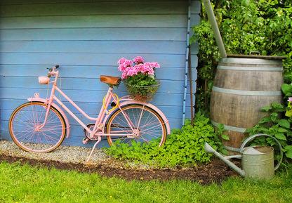 Frhliches Gartenhuschen mit Fahrrad